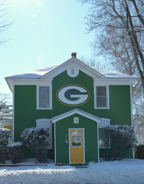 Now, THIS is a fan! If I had a house IN Green Bay by the stadium...I WOULD DO THIS!!!