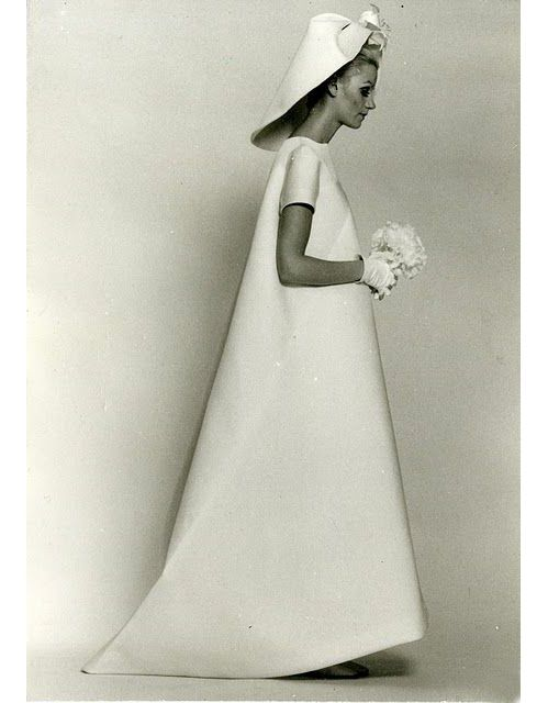 Robe de mariée Balenciaga datant de 1967 http://www.vogue.fr/mariage/inspirations/diaporama/robes-de-marie-vintage-vues-sur-pinterest-dior-ysl-balenciaga-pierre-cardin-birkin-bardot/22344#robe-de-marie-balenciaga-datant-de-1967