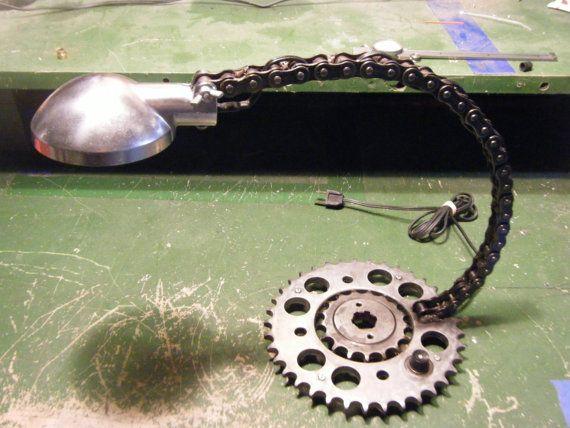 Il sagit dune lampe faite de pièces laissés par une génération de moto dun CB550F de Honda de 1975. La base est constituée du pignon avec le pignon soudé à elle dans le centre.  Le cou est soudé à la base et fait de la chaine de 530 moto originale chaque lien soudés ensemble.  Lombre est fabriqué à partir de lorigine clignotant lumière logement et peut pivoter de haut en bas et être fixées en place avec un écrou à oreilles.  Toutes les pièces sont dans un état naturel brossé et ont été…