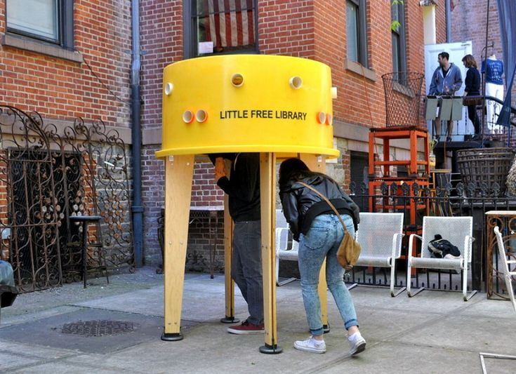 C'è posto per tutti, purché uno alla volta o quasi. La biblioteca più piccola del mondo accoglie i lettori a caccia di un momento di pace sui marciapiedi di New York. L'installazione è stata creata dagli architetti venezuelani Marcelo Ertorteguy e Sara Valente