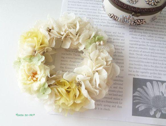 フレンチマリアンヌのナチュラルな薔薇をポイントにレモンカラーの紫陽花とオフホワイトの紫陽花を全体にあしらいました。小さく繊細なアクアグリーンのアナベル紫陽花の... ハンドメイド、手作り、手仕事品の通販・販売・購入ならCreema。