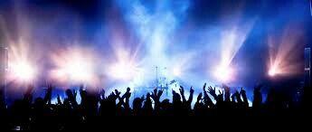 Emancipatie van de jongere. Hij gaat alleen of met vrienden naar een concert -> meer verantwoordelijkheid en onafhankelijkheid. ( foto )
