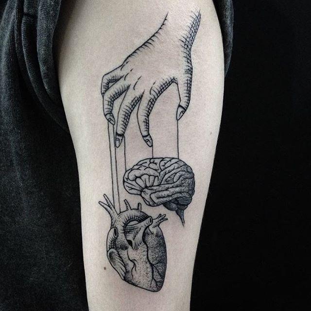 Você é guiado pelo coração ou pelo cérebro? Tatuagem feita por @rp.tattoo❤️