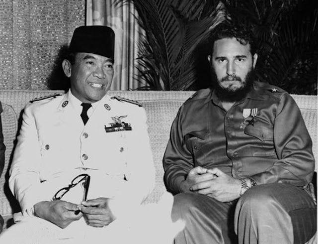 Achmed Sukarno con Fidel Castro 1960 (fuente). Sukarno fue  el primer presidente de la República de Indonesia tras la independencia de Holanda. Fue uno de los impulsores del Movimiento de Países No Alineados, junto con Jawaharlal Nehru (India), Gamal Abdel Nasser (Egipto) y Tito (Yugoslavia). Aunque no era comunista (sobre todo fue un nacionalista anti-imperialista), sí era partidario de la colaboración y entendimiento con el PKI (Partido Comunista de Indonesia), el mayor partido comunista…