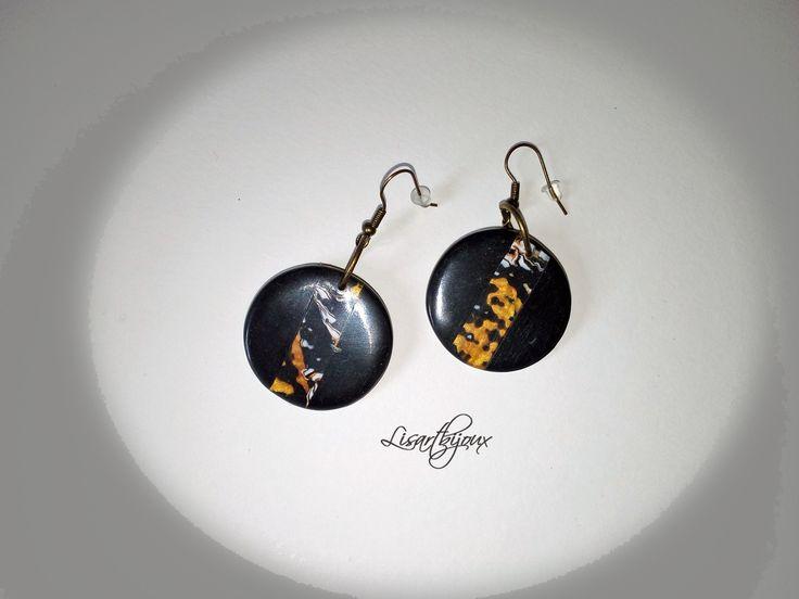 Boucles d'oreille rondes, en pâte polymère, noire et dorée : Boucles d'oreille par lisartbijoux