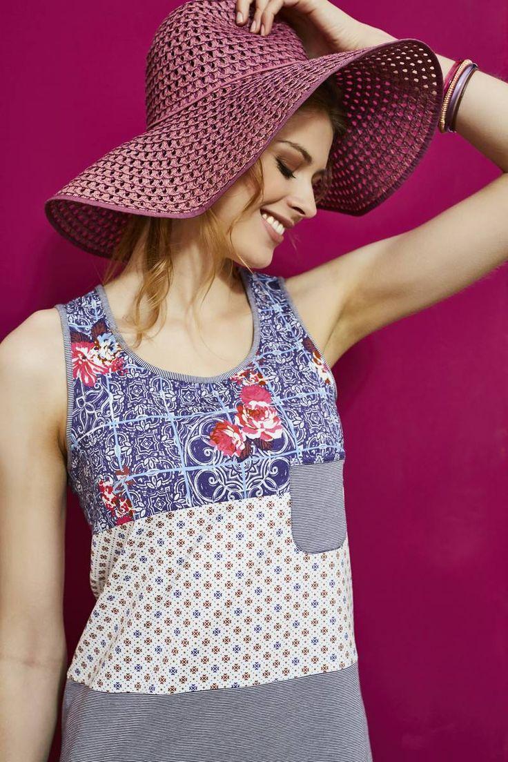 Ringella Bloomy Nachthemd 7251003 Das Träger-Nachthemd kommt durch die gelungene Muster-Kombination ganz groß raus. Hals- und Armausschnitt sind im Kontrast rolliert. Die kleine Brusttasche setzt ein modisches Highlight. Ein garngefärbter Ringel kommt hier gut zur Geltung.