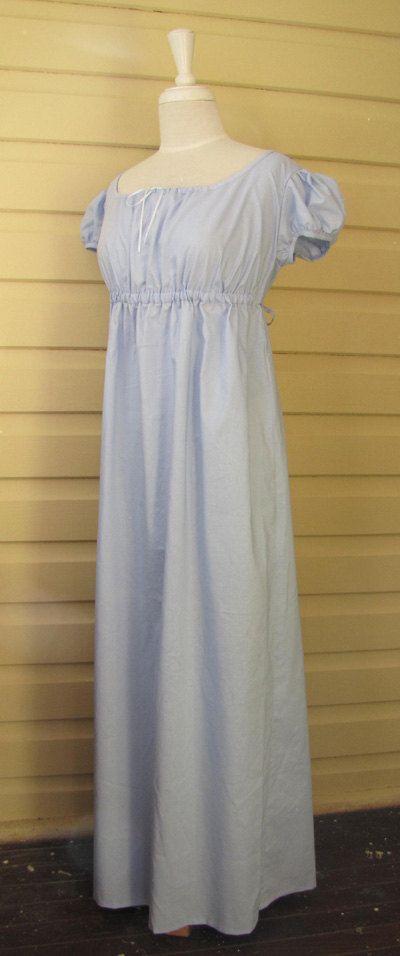 Un hecho a mano estilo regencia vestido hecho de pálido azul 100% algodón.  El vestido se ajusta con un lazo de cinta en el escote y un lazo del mismo tejido en la línea del bajo pecho que cuenta con un arco en la parte posterior. La plenitud de la falda se concentra en la parte posterior. Las mangas cortas, infladas hacen este vestido bastante conveniente para el desgaste del día o que podría ser usado como un ballgown.  Para adaptarse: Del busto 31- 32,5 Bajo pecho para bajar el dobladillo…