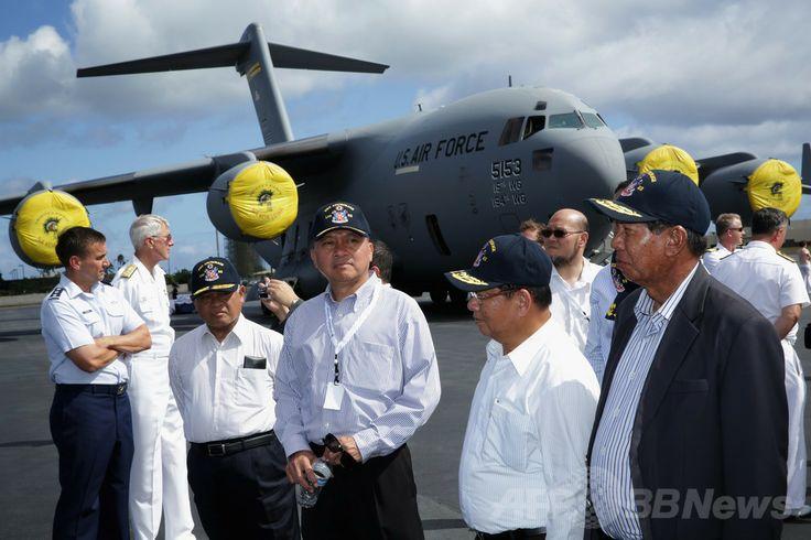 米ハワイ(Hawaii)州ホノルル(Honolulu)のヒッカム空軍基地(Hickam Air Force Base)を訪れたラオスのドゥアンチャイ・ピチット(Douangchay Phichit)副首相兼国防相(青い帽子をかぶっている手前の右から2人目)とタイのニパット・トーンレック(Nipat Thonglek)国防次官(同左から2人目、2014年4月2日撮影、資料写真)。(c)AFP/Getty Images/Alex Wong ▼18May2014AFP|ラオスで軍用機墜落、国防相など高官5人死亡 http://www.afpbb.com/articles/-/3015225 #Douangchay_Phichit