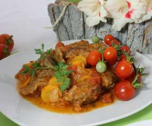 Żeberka duszone w sosie pomidorowo - śmietanowym