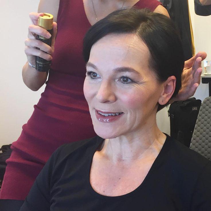 . R E D  C A R P E T  S T Y L I N G <Werbung> Heute hab ich leider keine so tolle Stylistin wie letzte Woche, als mich @mariatavridou für den Red Carpet beim Tribute to Bambi mit @madeleine_fashion in Berlin schön gemacht hat! Heute, 14.10 wird der Charity Event übrigens um 22:50 auf MDR übertragen. 💄🌟👠 Can I please have a hair & makeup stylist every day? Thank you to lovely Maria who styled me for the Tribute to Bambi event in Berlin last week. . #hairandmakeup #redcarpetstyling…