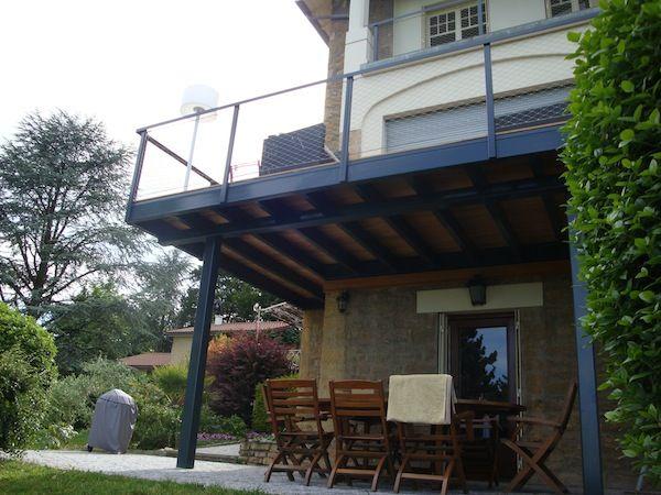 balcon sur structure acier laqué et terrasse en bois