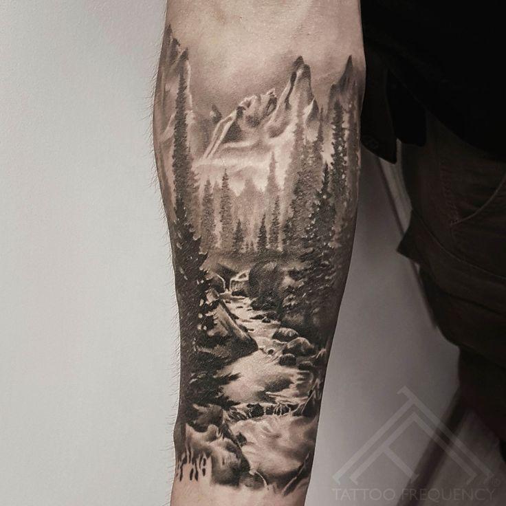 Komplett geheiltes schwarzes und graues Landschaftstattoo auf Arm des Mannes. Künstler Martins Si