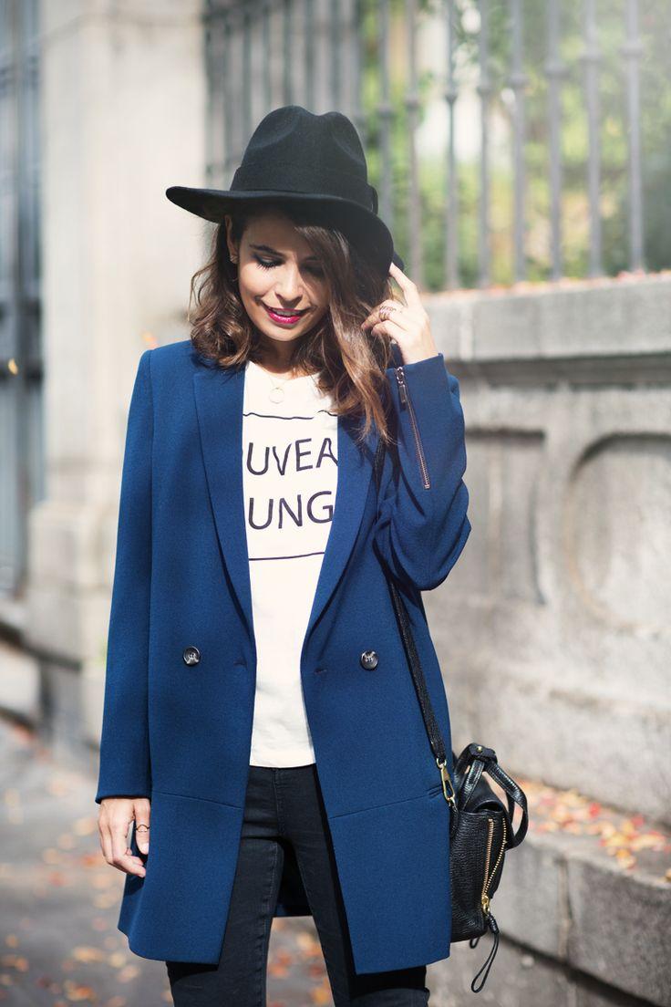 dark blue long boyfriend blazer + white shirt + skinny jeans + fedora + shoulder bag