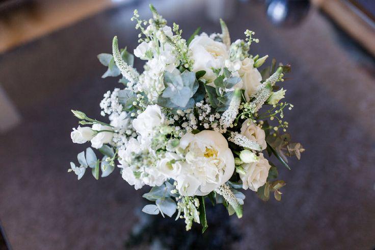 Brautstrauß in weiß und grün mit Eukalyptus.  Foto: Verena Hohmann Fotografie – Liebe zur Hochzeit