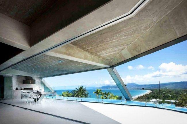 Als er iets is wat het werk van architect Charles Wright kenmerkt, dan is het wel de interactie met de natuur. Het liefst ontwerpt hij huizen voor in de tropen, maar voor 'The Edge' trok hij richting zee. Het waanzinnige huis staat letterlijk op de rand van een heuvel in Port Douglas, Australië.