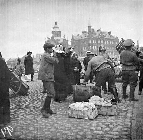 Venäläiset sotilaat kuljettavat sairaalatarpeita Suomenlinnaan vuonna 1914.