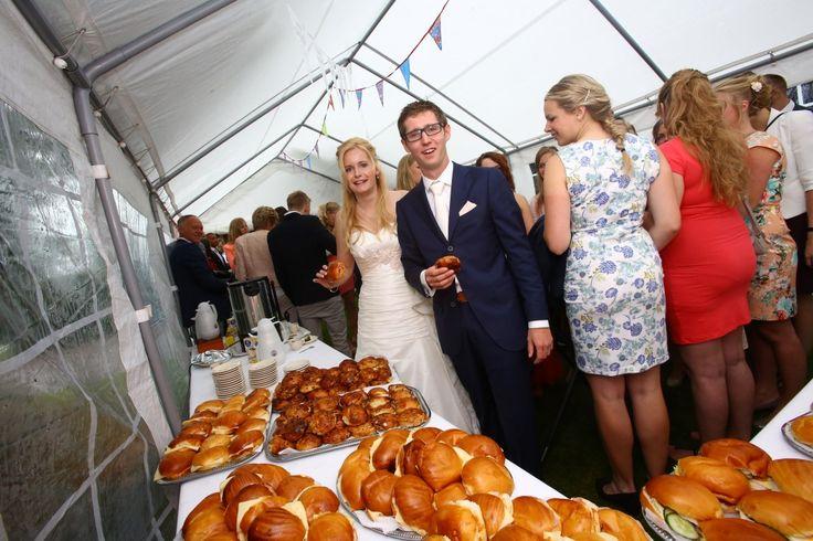 Op zoek naar een lunch of buffet voor uw bruiloft? Wij verzorgen dit graag op locatie!  We hebben diverse mogelijkheden betreft lunch en buffetten. Neem vrijblijvend contact met ons op!  www.contirentverhuur.nl