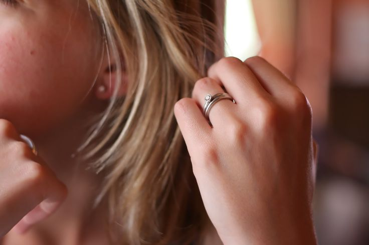 kebanyakan orang dalam memakai cincin kawin adalah meletakkannya pada bagian jari manis, namun tidak ada aturan baku terkait dengan penggunaan ini