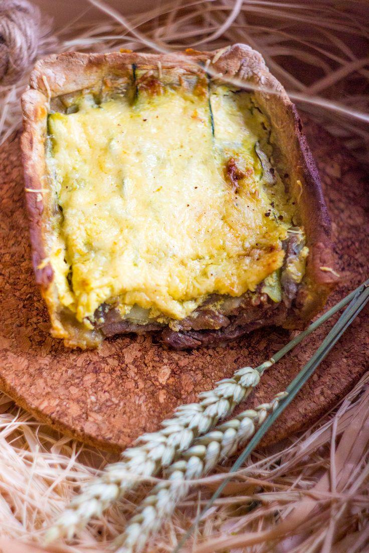 Хрустящий пирог с тушеной говядиной, цукини под корочкой из пармезана