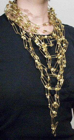 Hakaneuloista valmistettu, mahtavan upea kaulakoru. Amber O'Harrow Safety pin necklace. Possible DIY jewelry project?