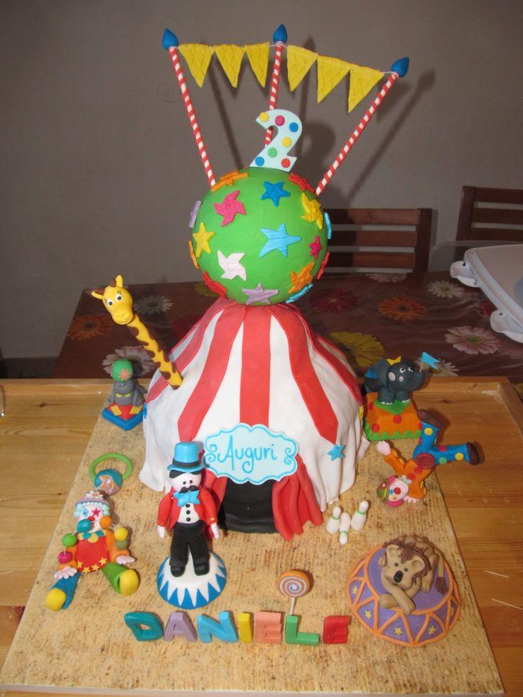 #Cakedesign e pasta di zucchero: #Circo con #pagliacci, #leone, #foca, #giraffa e #elefante! #Circuscake! Cake design con #Rainbow #cake !