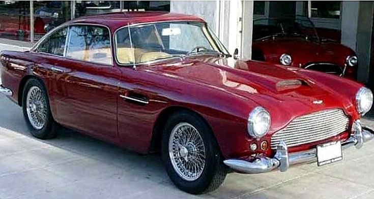 L'Aston Martin Db 4 Coupé fut produite de 1958 à 196 en 3 motorisations sont sur Histomobile de 3.6L présentant des puissances de 206ch à 259ch, dessinée par la société Touring, mesure 1.68 m de large, 4.48 m de long, et a un empattement de 2.49 m.