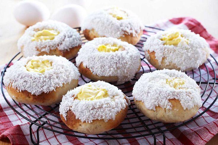 """Ferske og saftige skoleboller for de med cølaki og ikke kan spise gluten. Denne oppskriften på glutenfrie skoleboller har fiberhusk og glutenfritt mel, og med kesam i deigen beholder bollene saftigheten. Ønsker du å lage """"vanlige"""" glutenfrie boller, dropper du bare å ha i fyllet og kokosmassen oppå."""
