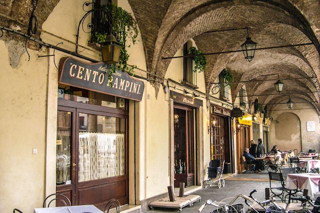En esta página hablan buenísimo sobre la comida italiana. Y súper divertido. (Foto Restaurante en los soportales de Mantova)