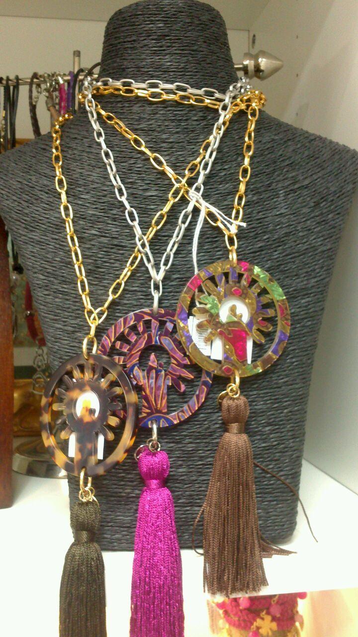 ¿Buscando regalo para esta Navidad? ¿Qué te parecen nuestros collares de la Virgen del Pilar con borlón de seda?