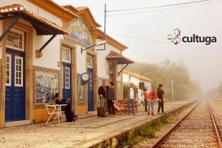 Linha de trem antiga localizada ao lado de uma estação desativada em Castelo de Vide, na região do Alentejo. Sabe o que ainda é mais curioso? Você pode se hospedar nessa estação e acordar com essa paisagem bucólica!  Roteiro de Viagem   Portugal