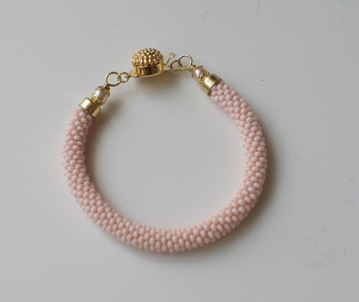 Náramek v pastelově růžové