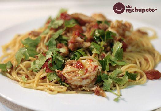 Espaguetis con marlín, atún y gambones. Receta con ahumados - Recetasderechupete.com