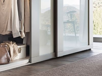 LEMA | Riquadro by Officinadesign Lema is an imposing wardrobe. A notable feature is the wide framing which runs along the door edges, enclosing a panel finished with matte lacquer in the 40 colours of the Lema collection and in reflecting or lacquered glass in 10 different available colours.