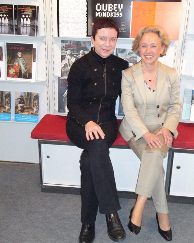 Elisabeth Roosens - who was #publisher at #DeutscherKunstverlag in 2010 - and #me, #happy to present the OUBEY MINDKISS #Book at the #Frankfurt #bookfair together. #flashbackfriday #memory #artproject #OUBEY #MINDKISS #artbook #design #art #Kunst #Künstler #artist #Buchmesse #Kunstverlag #contrast
