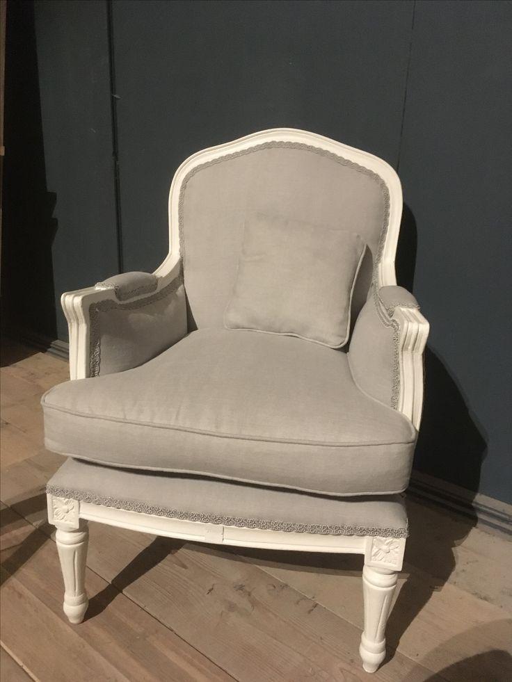Zacht grijze stof voor deze klassieke zetel.