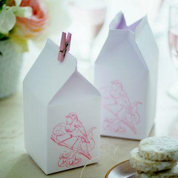 Des boîtes à biscuits en papier décorées d'un oiseau au tampon / paper boxes, pink birds, cookies boxes, gifts