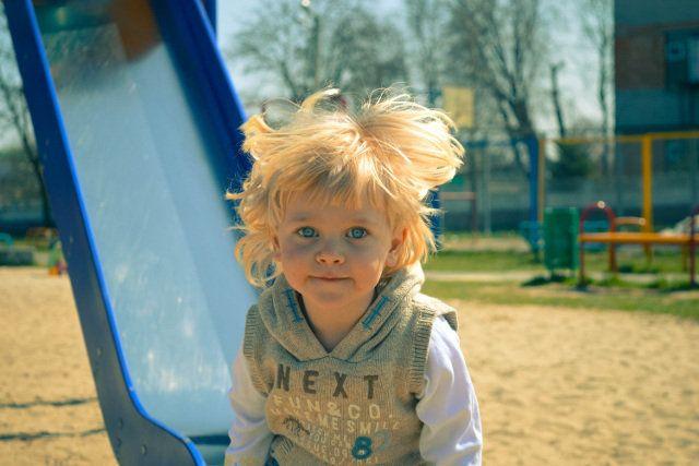 Fot. Pixabay/[url=https://pixabay.com/pl/ch%C5%82opiec-dziecko-gra%C4%87-722420/]palichka[/url] / [url=http://bit.ly/CC0-PD]CC0 Public Domain[/url]