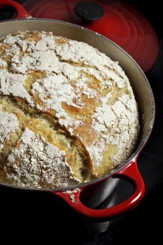 DAMPENDE: I et fuktig miljø blir varmeutvekslingen mer effektiv, samtidig som deigen får anledning til å heve seg. Derfor blir brødet ekstra godt i jerngryte med lokk.