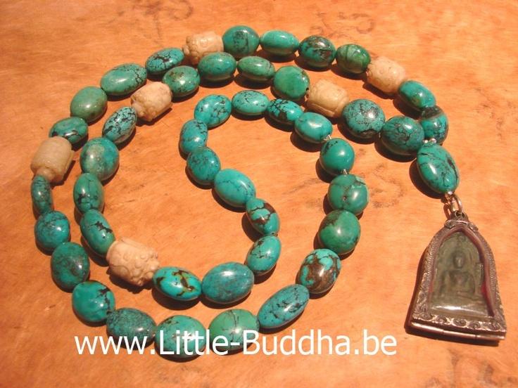 http://www.little-buddha.be   Een ketting van een ruwe schoonheid. Natuurlijk getrommelde turkooizen afgewisseld met 6 antieke jade Boeddhahoofdjes met prachtige gekerfde gezichtjes met geloken ogen. Een heel mystieke ketting met een krachtige uitstraling. De stenen hebben een natuurlijke vorm en passen prachtig bij de Boeddha hoofdjes uit Afghanistan.