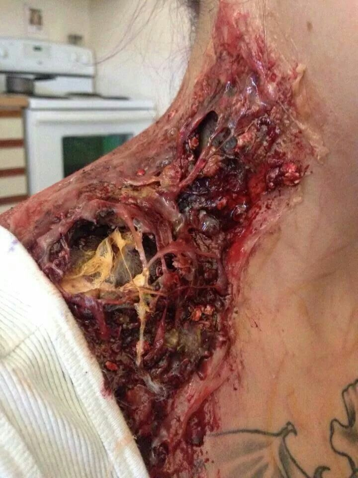 Look at that detail! Now that's zombie makeup inspiration for ya!
