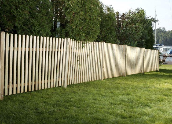 Høyt stakitt med smal avstand mellom stavene, godt egnet for inngjerding av store hager.