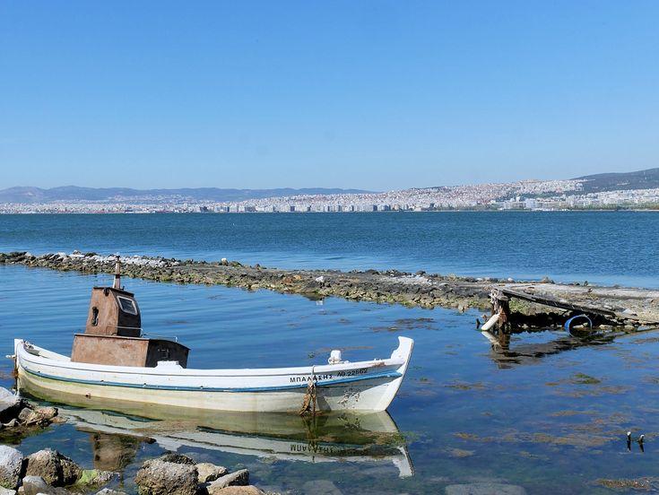 Κουφάρι βάρκας με φόντο την πόλη. (Απρίλιος 2018)