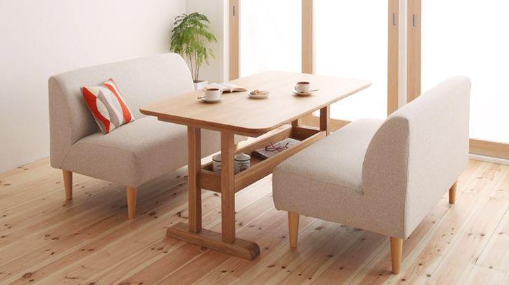 食事時にかぎらず、ダイニングでゆったりとくつろぐことが出来るダイニングテーブルセットです。 高さが最大で72cmとお部屋に開放感をもたらすロースタイル。 テーブルは、淡い色合いの天然木アッシュを用い、角の丸みなど優しい雰囲気を持つものです。天板下に小物置きがあり、調味料等を整理出来る仕様になっております。チェアは座面・背もたれにどっしりと厚みがあり、シンプルで丸みのある可愛いデザインのアームレスソファチェアタイプ。 カバーリング仕様なので、汚れても外して洗濯することが出来、いつまでも清潔にお使いいただくことが出来ます。