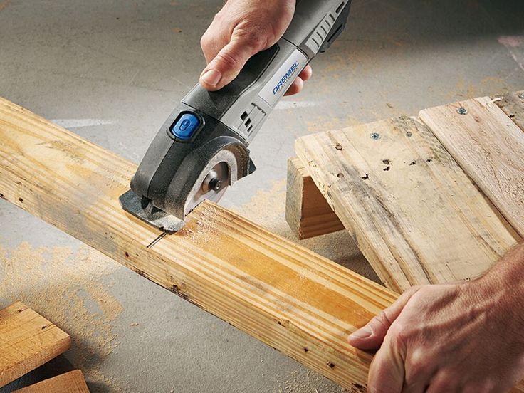 Passo 4: Utilize o material que retirou no primeiro passo cortando em partes iguais com o mesmo comprimento para criar as pernas da mesa. Fixe as madeiras com parafusos.