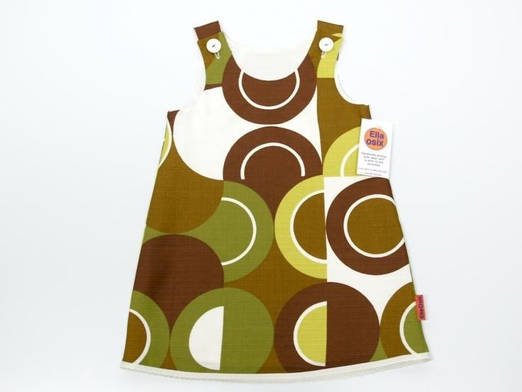 Jurkje gemaakt van nog nieuwe retro stof.  Het jurkje is helemaal gevoerd en sluit met 2 vintage knoopjes op de schouders.