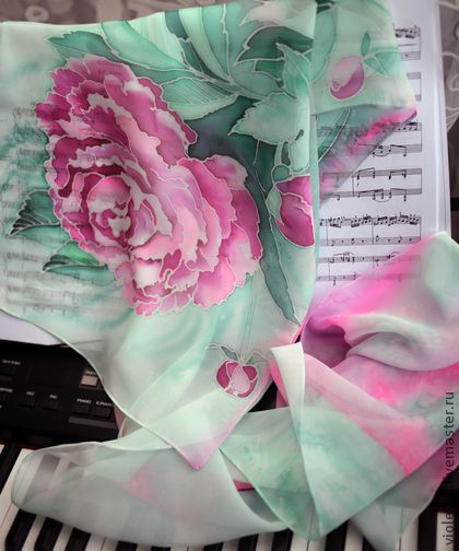 Батик Шарф  шифоновый  `Майская нега`. Нежнейший,  тающий, словно мираж, ласкающий взгляд шифоновый шарф, выполненный в технике холодного батика. Пион в розово-коралловой гамме на одном конце шарфа, на другом- наплывы розового и бирюзового.