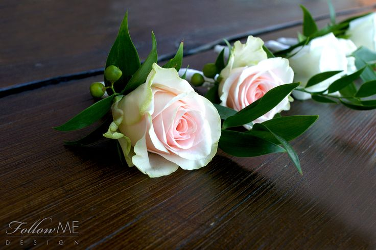Butonierki dla Pana Młodego i Świadka / Eleganckie białe dekoracje ślubne od FollowMe DESIGN / Roses Boutonniere for Groom and Groomsmes / Elegant White Wedding Decorations & Details by FollowMe DESIGN