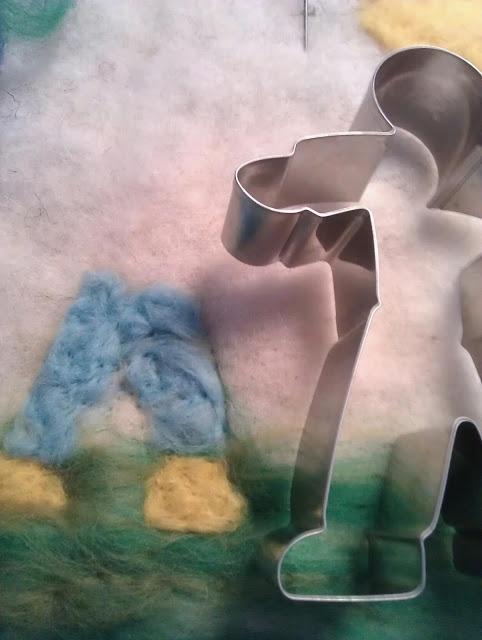 Met behulp van koekvormpjes kunnen kinderen hele leuke schilderijtjes maken met prikvilt.