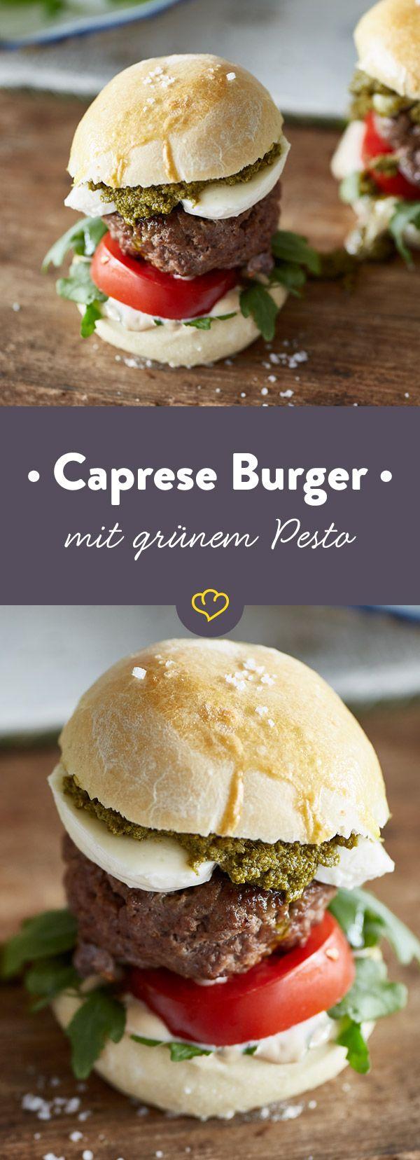 Pack dir Italien auf den Burger: Zwischen fluffigen Foccacia-Bunhälften stapeln sich das saftige Patty, Pesto, Mozzarella, Tomaten und Rucola.