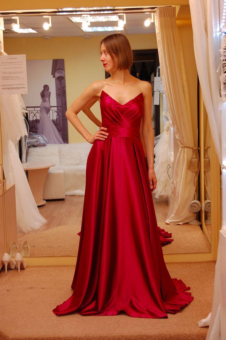 Атласное приталенное платье в цвете марсала длиной в пол, юбка солнце с глубокими складами и шлейфом, корсет на шнуровке с драпировкой, съемный пояс. Почувствуй себя королевой вечера.